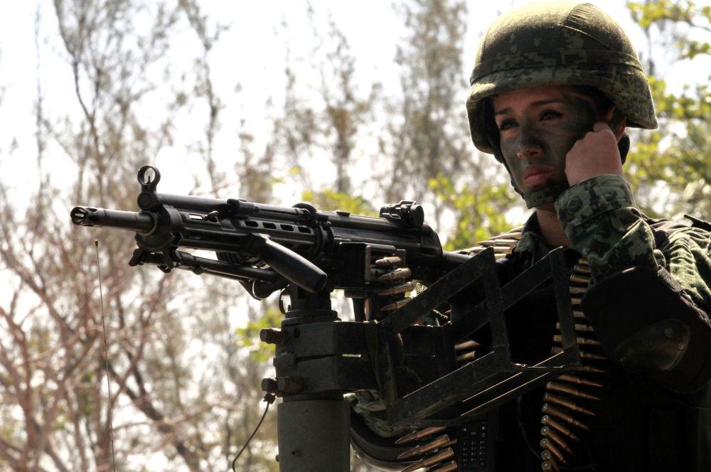 Mulher soldada do exército mexicano participa de manobras em Boca del Rio, Veracruz