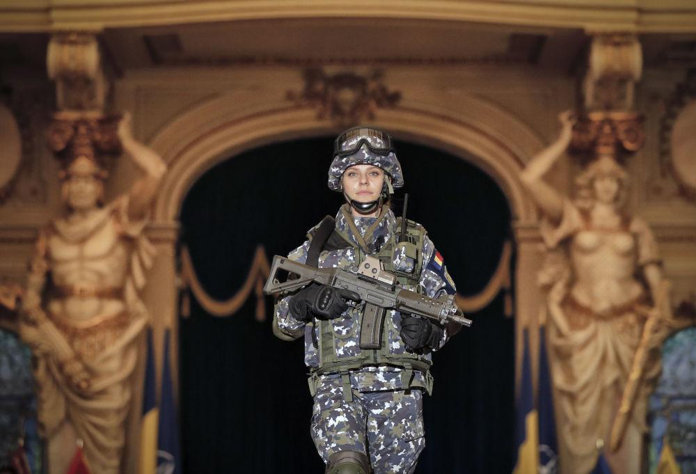 Mulher das Forças Armadas da Romênia apresenta o futuro uniforme de combate do exército nacional em Bucareste