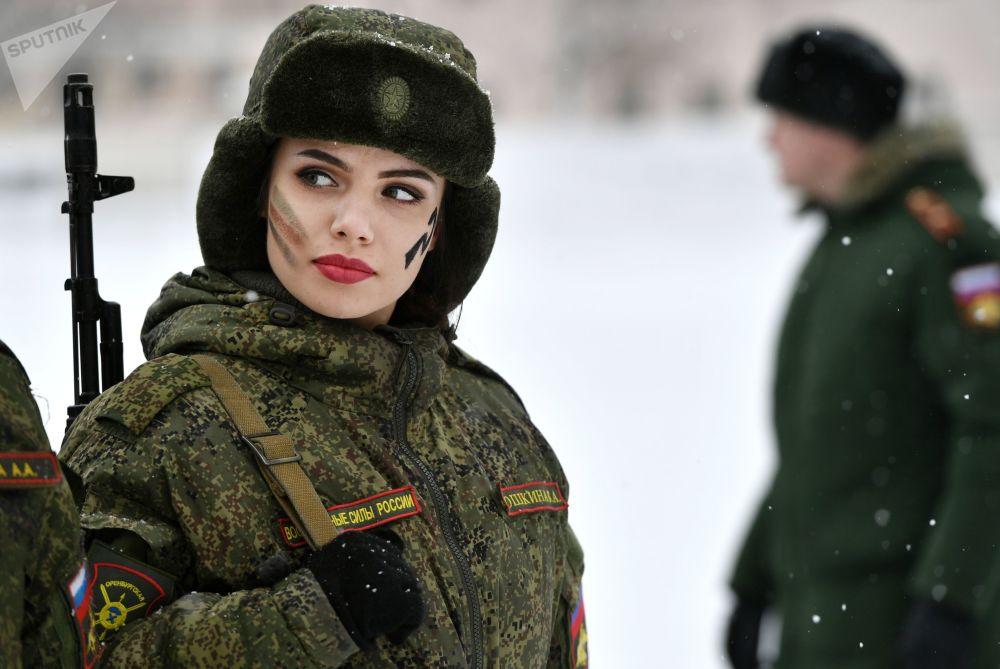 Participante do concurso de beleza e maestria entre mulheres militares das Forças Estratégicas de Mísseis, Maquiagem sob Camuflagem, na região de Yaroslavl