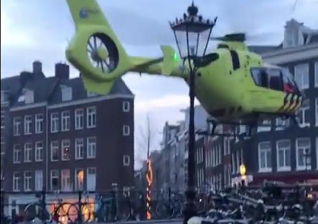 Mestre da aterrissagem: piloto pousa helicóptero em ponte pequena