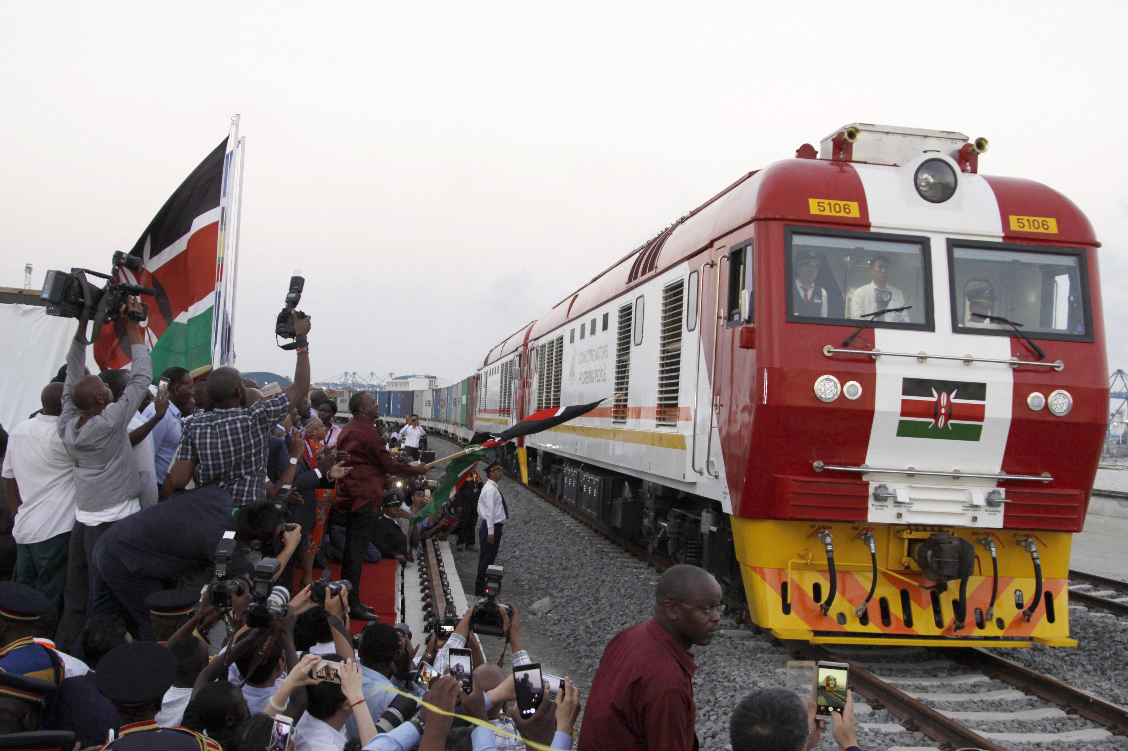 Linha férrea parte de Mobassa, no Quênia, em direção a Nairobi, capital do país. O projeto foi considerado o maior projeto de infraestrutura do país, e foi financiado pela China com cerca de 3,3 bilhões de dólares. O linha foi construída com planos de estender-se até o Oceano Índico.