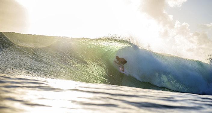 Homem surfando em Queensland, Austrália