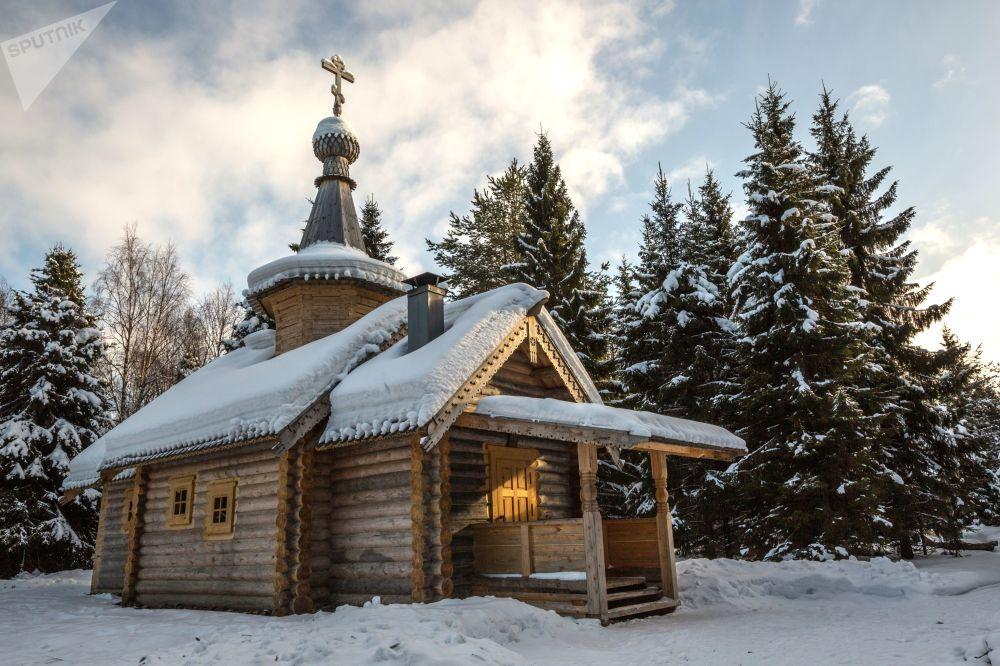 Igreja de madeira no Mosteiro de Santo Elias de Voldozersky, em um parque nacional da república de Carélia