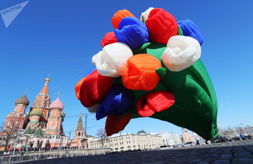Balão em forma de buquê de tulipas nas vésperas do Dia Internacional da Mulher, em Moscou