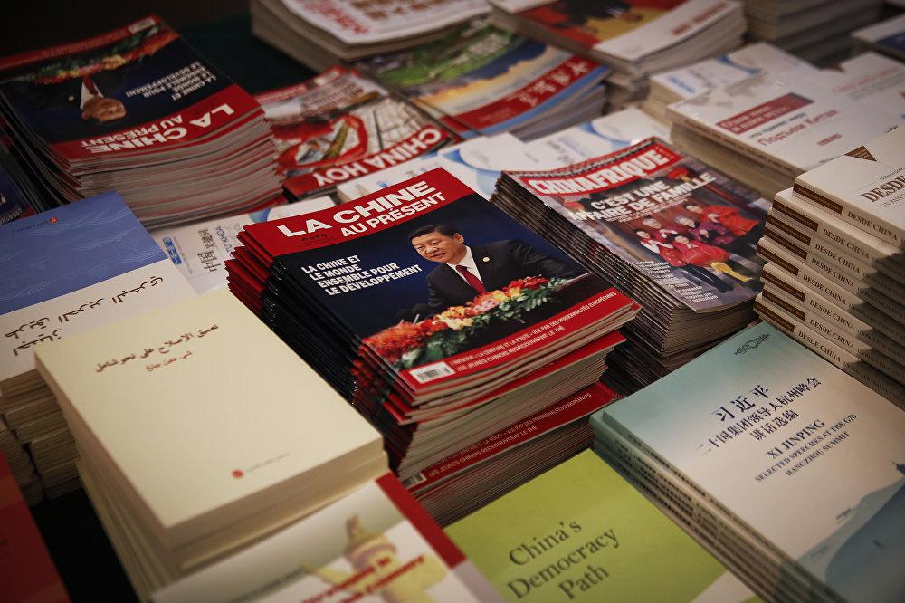 Livros e revistas sobre Xi Jinping em estande do Congresso Nacional do Povo, em março de 2018.