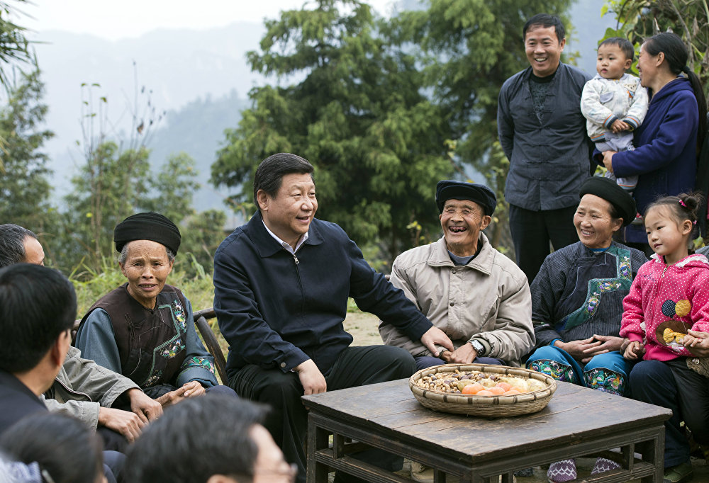 Cercado por camponeses em registro feito no vilarejo de Shibadon, na província de Hunan.