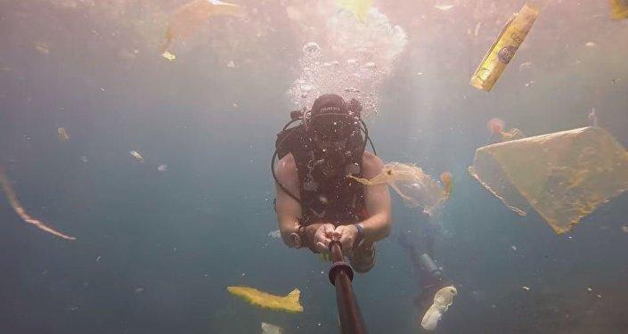 Mergulhador mostra poluição marinha por lixo nas águas da Indonésia