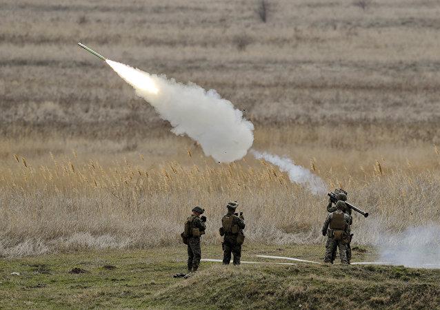 Fuzileiros navais dos EUA lançando um míssil Stinger na Romênia