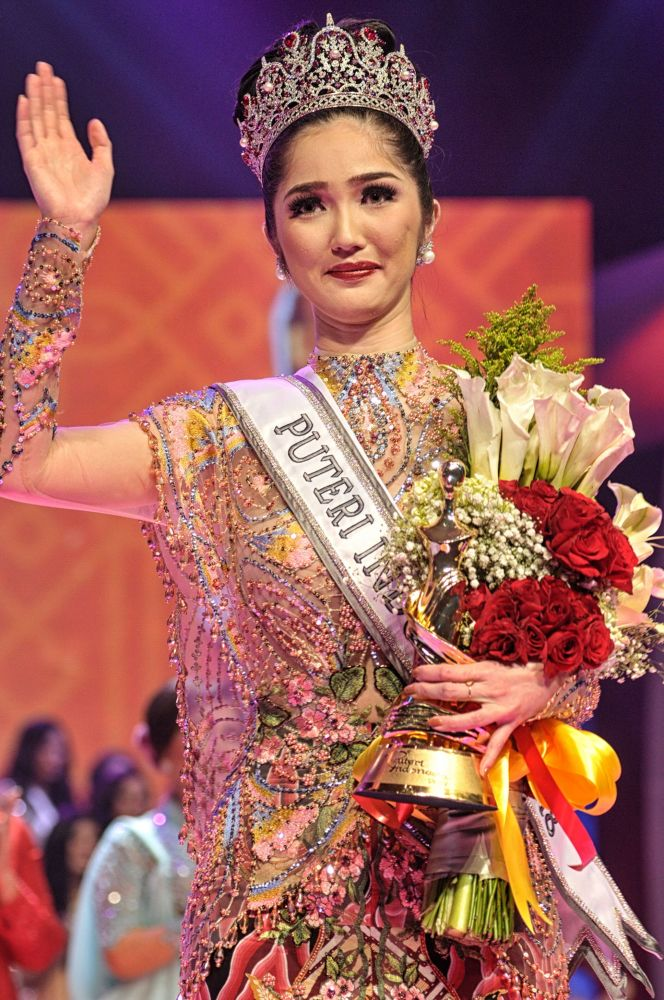 Vencedora do concurso Miss Indonésia 2018, Sonia Fergina, durante cerimônia de condecoração