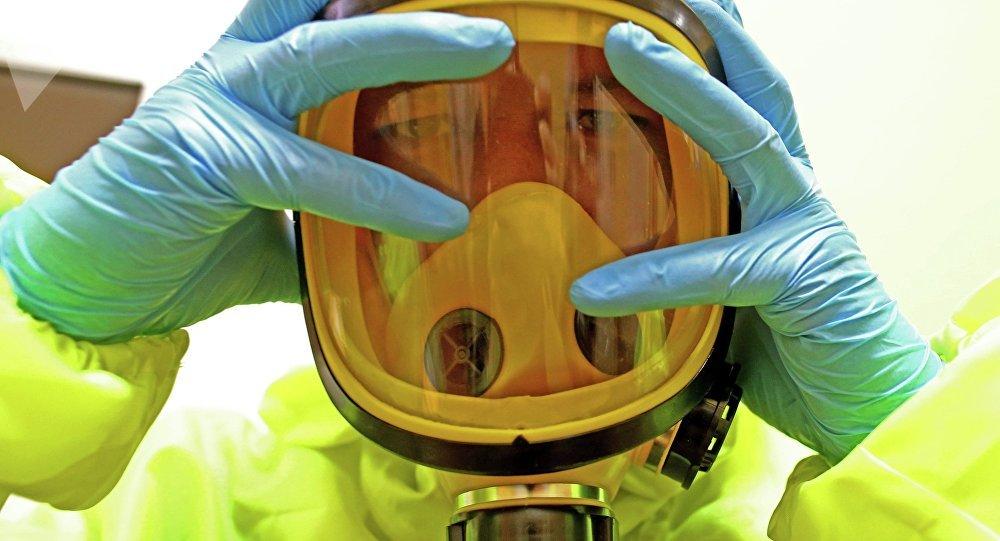 Funcionário do Hospital Regional para Doenças Infecciosas de Kaliningrado pratica medidas de resposta para um possível caso de ebola