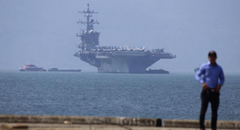 Porta-aviões dos EUA, USS Carl Vinson, no porto de Da Nang, Vietnã