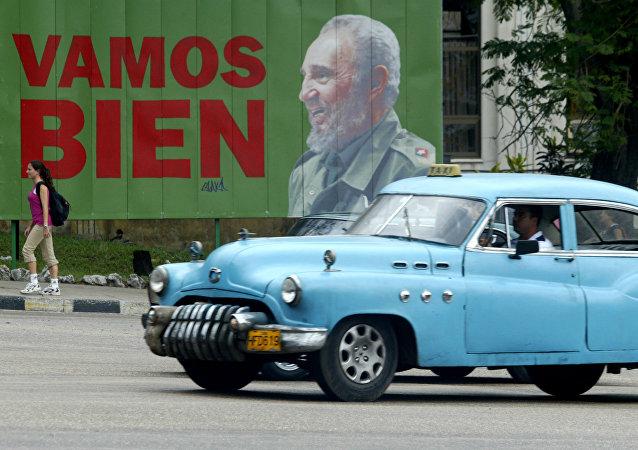 Cartaz com a foto do lendário líder cubano Fidel Castro em Havana, Cuba