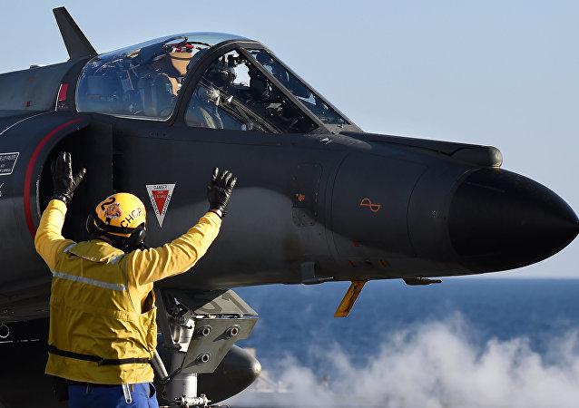 Caça Super Étendard em operação no porta-aviões francês Charles-de-Gaulle em novembro de 2015.