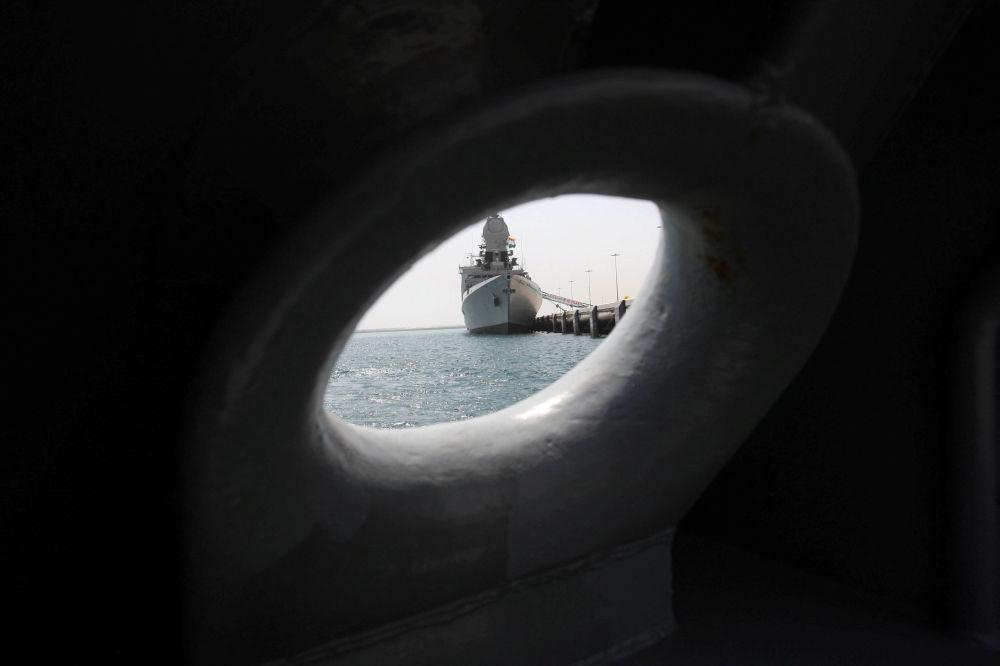Navio da Marinha da Índia no porto de Doha, Qatar