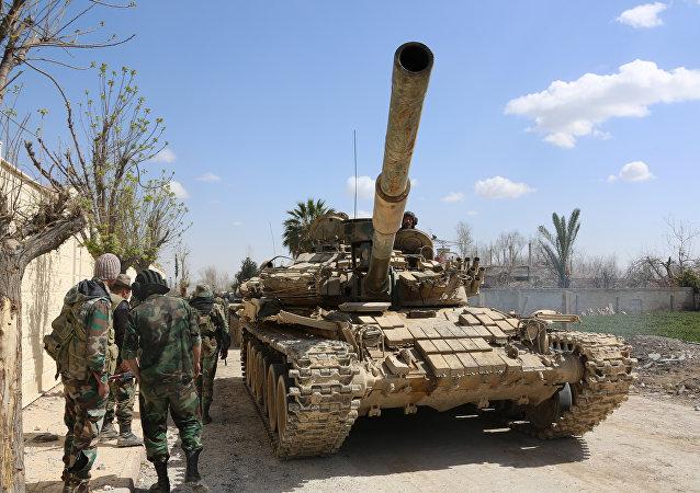 Forças governamentais sírias nos arredores da cidade de Jisreen, na região de Ghouta Oriental, ocupada por rebeldes