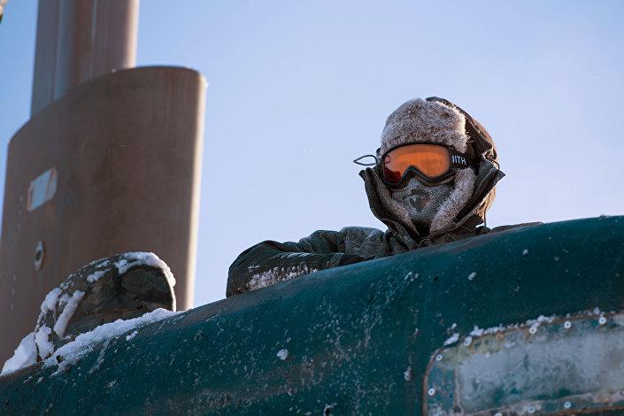 Marinheiro estadunidense no mar de Beaufort, no Ártico