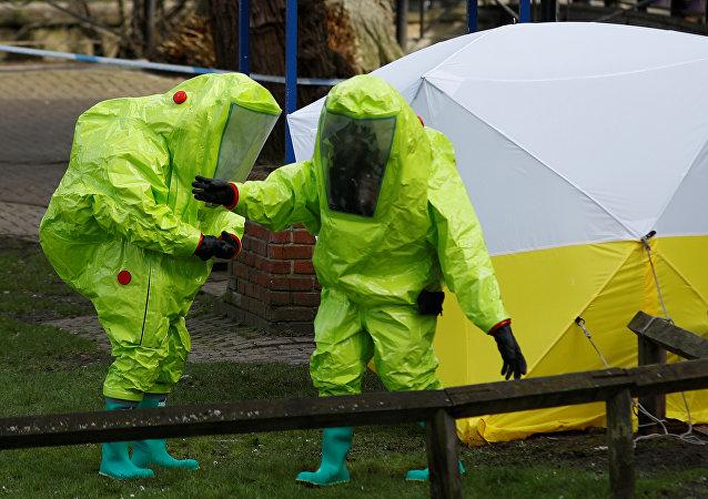 Policiais britânicos com roupa de proteção examinando o banco onde o ex-espião russo Sergei Skripal e sua filha foram encontrados inconscientes, Salisbury, Reino unido, 8 de março