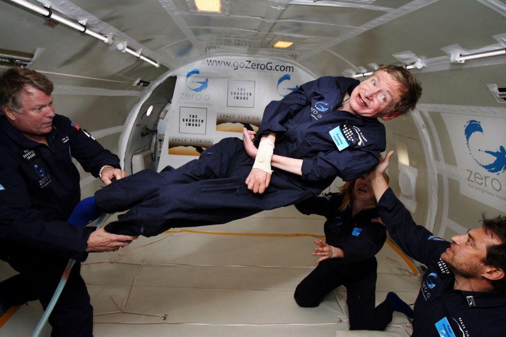 Físico eminente Stephen Hawking (no centro) desfruta da imponderabilidade durante um voo na aeronave modificada Boeing 727