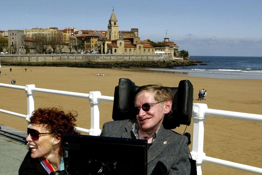 Cientista Stephen Hawking e sua esposa Elaine descansam na cidade espanhola de Gijon