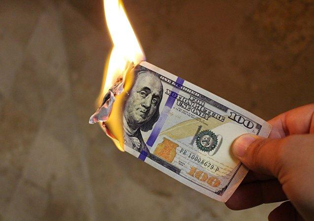 Nota de 100 dólares em chamas