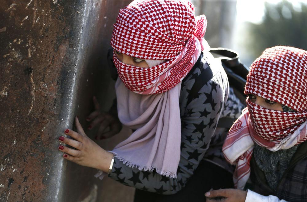 Manifestantes palestinos durante confrontos com soldados israelenses na Cisjordânia