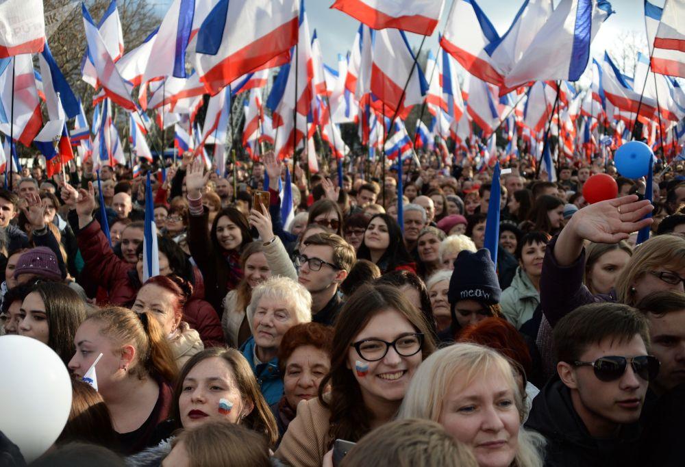 Comício em Sevastopol em honra da reunificação da Crimeia à Rússia