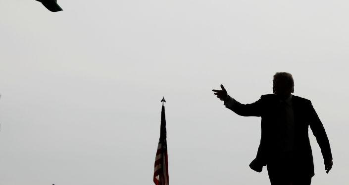 Presidente dos EUA, Donald Trump, joga boné à multidão antes de discursar perante fuzileiros navais na base de Miramar, San Diego, Califórnia