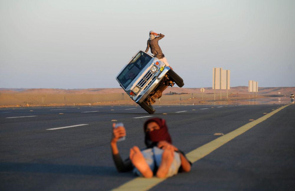 """Homens fazem famoso truque conhecido como """"sidewall skiing"""" em Tabuk, Arábia Saudita"""