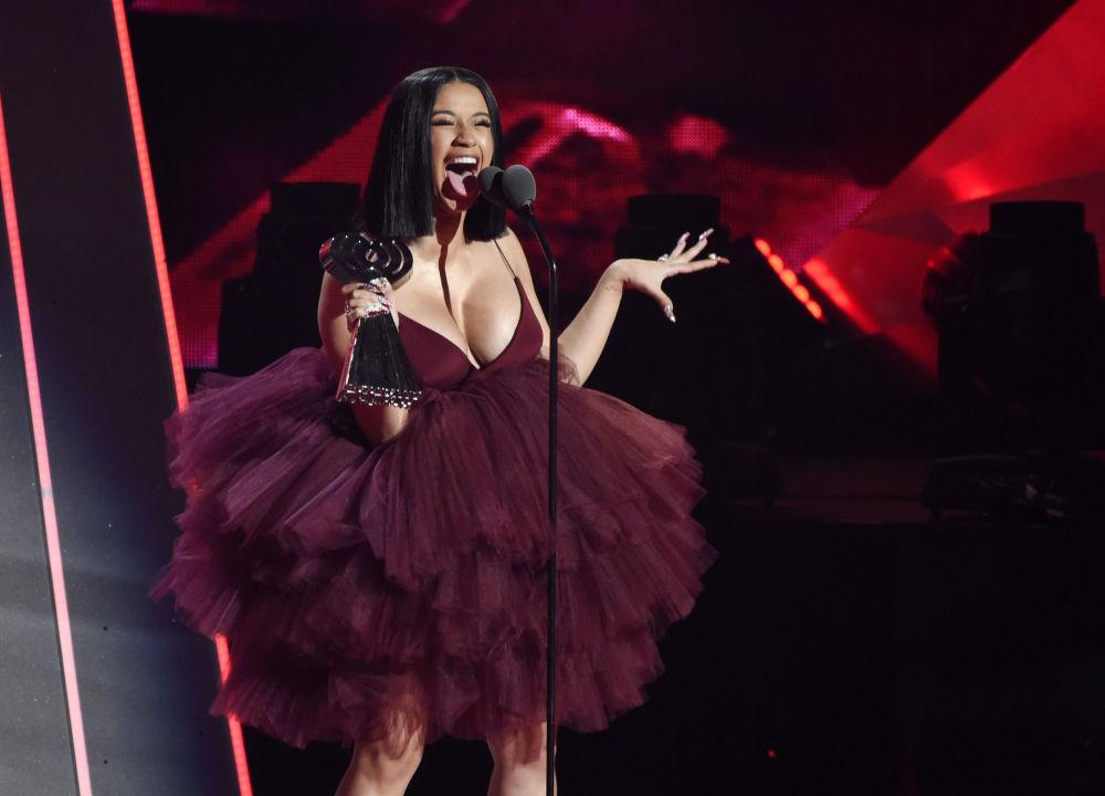 Cantora Cardi B durante cerimônia iHeartRadio Music Awards, Califórnia, EUA
