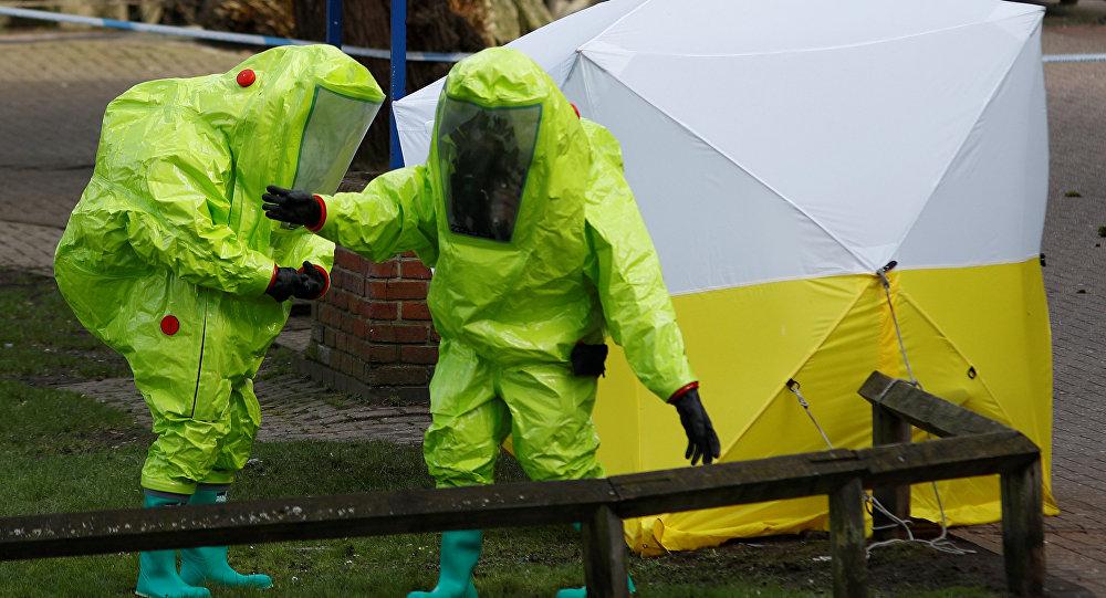 Oficiais analisam local onde Sergei e Yulia Skripal foram encontrados envenenados.