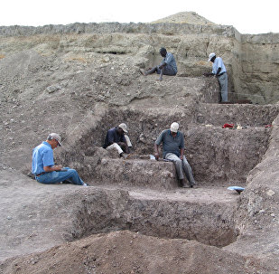 Arqueólogos trabalhando no lugar de escavações de Olorgesailie