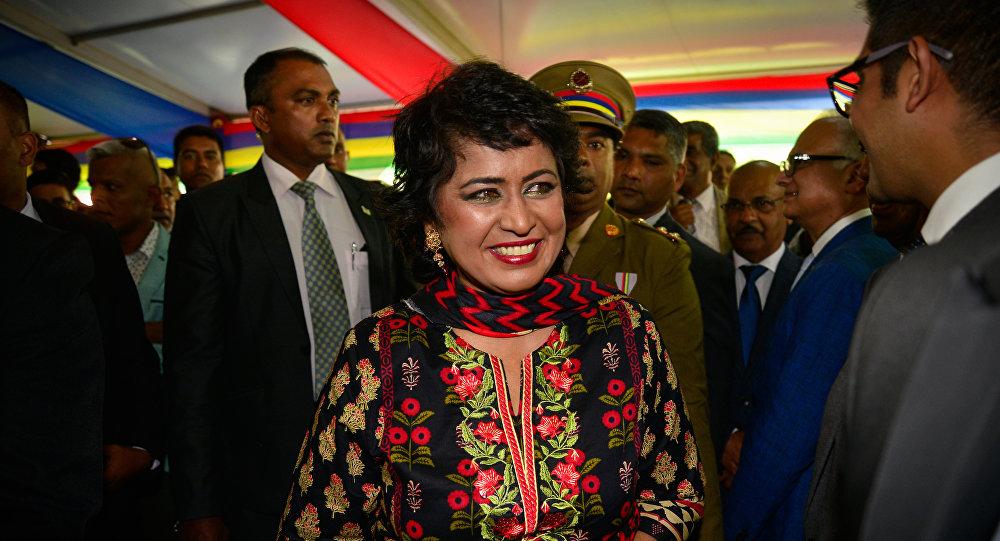 A presidente maurícia, Ameenah Gurib-Fakim, cumprimenta os convidados durante a festa anual ara a celebração da independência na Casa do Estado em Reduit, nas Maurícias.