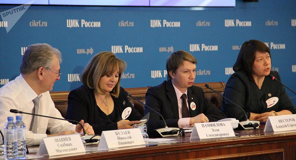 Os altos representantes da Comissão Eleitoral Central da Rússia, inclusive sua presidente Ella Pamfilova, acompanham ao vivo o curso das eleições falando para os jornalistas.