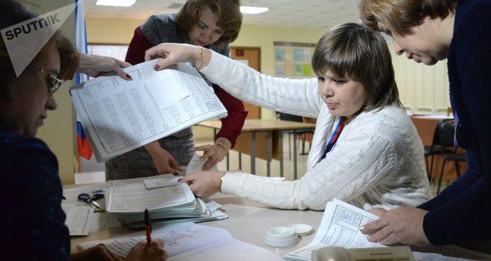 Membros da comissão eleitoral durante a contagem dos votos em uma das seções eleitorais em Vladivostok, em 18 de março de 2018