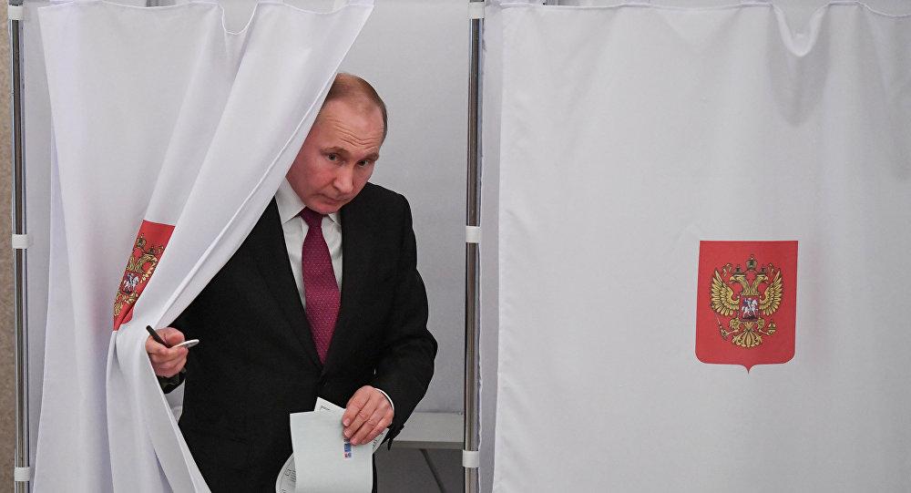 Candidato à Presidência da Rússia, Vladimir Putin, entrega seu voto nas presidenciais, em 18 de março de 2018