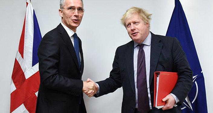 Secretário-geral da OTAN, Jens Stoltenberg, posa para foto com secretário de Relações Exteriores britânico, Boris Johnson, na sede da organização, em Bruxelas, Bélgica.