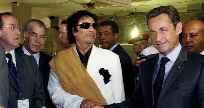 Presidente da Líbia, Muammar Kadhafi, (à esquerda) com homólogo francês, Nicolas Sarkozy (à direita) em Trípoli (foto de arquivo)