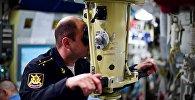 Oficial da tripulação do submarino diesel-elétrico Novorossiysk olhando no periscópio