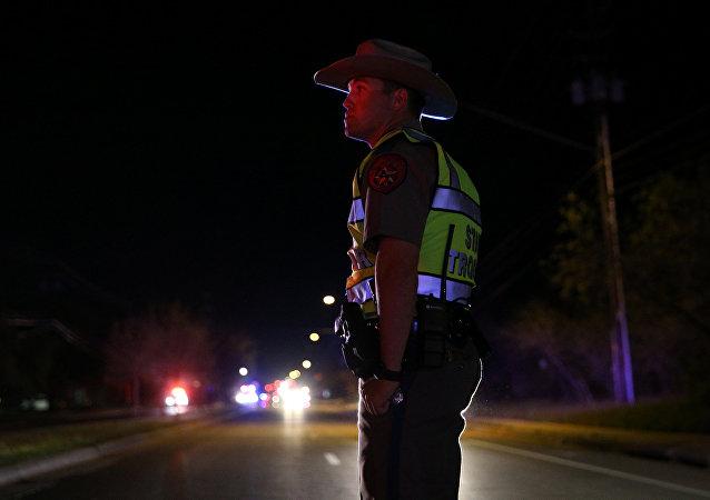 Policial faz segurança do local onde o suspeito de ser o serial bomber se matou