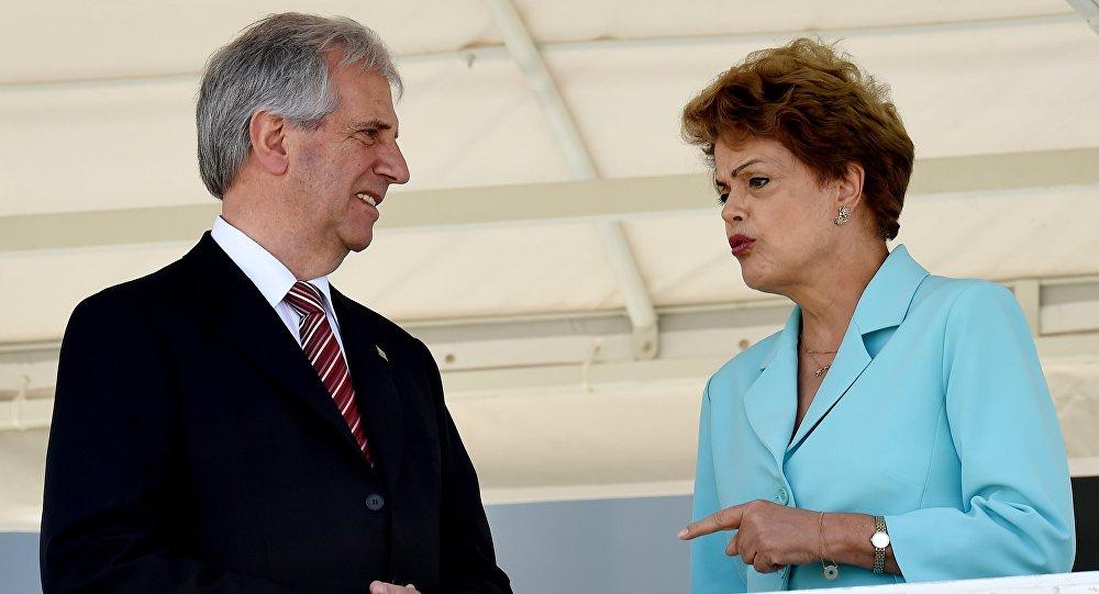 A presidenta do Brasil, Dilma Rousseff, em encontro com o presidente do Uruguai, Tabaré Vázquez, em Brasília
