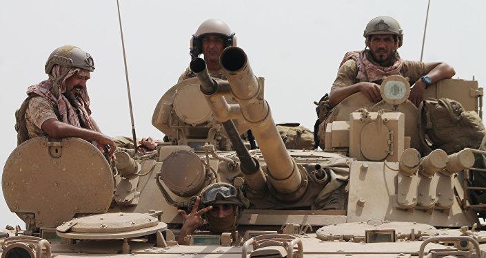 Soldados estão em um tanque da coalizão liderada pela Arábia Saudita, na periferia da cidade portuária de Aden, no sul do Iêmen.