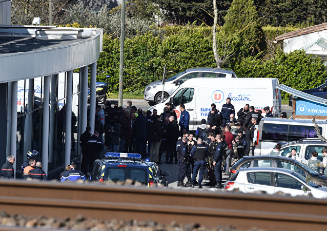 Forças de segurança e policiais perto do supermercado Super U na cidade francesa de Trèbes