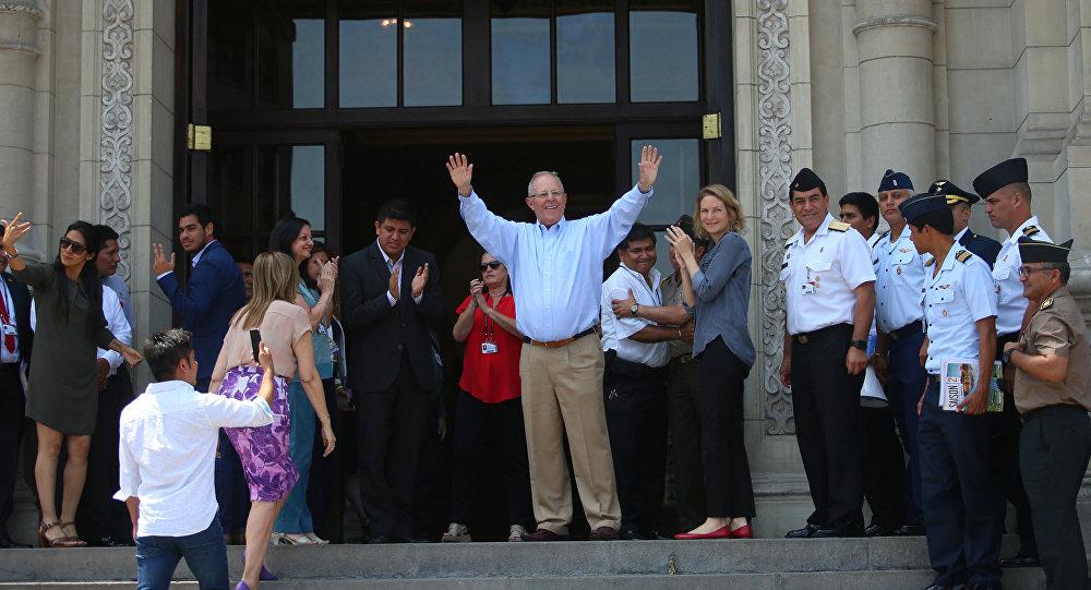 Ex-presidente do Peru acena para funcionários do Palácio do Governo após apresentar renúncia, em Lima, Peru.