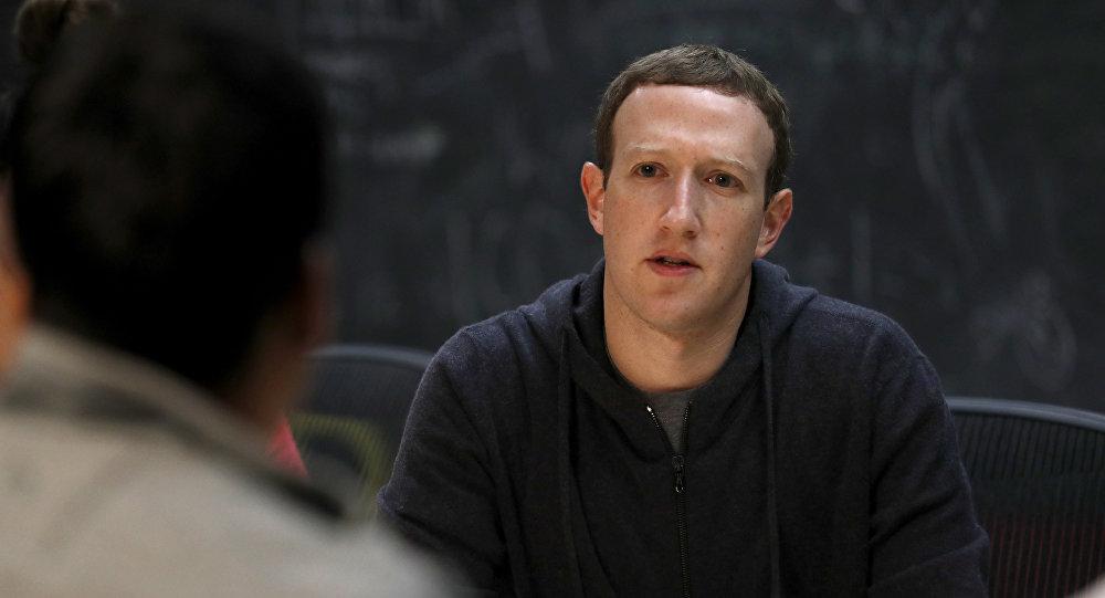CEO do Facebook, Mark Zuckerberg, conversa com um grupo de empreendedores e inovadores durante uma mesa redonda em St. Louis, EUA.