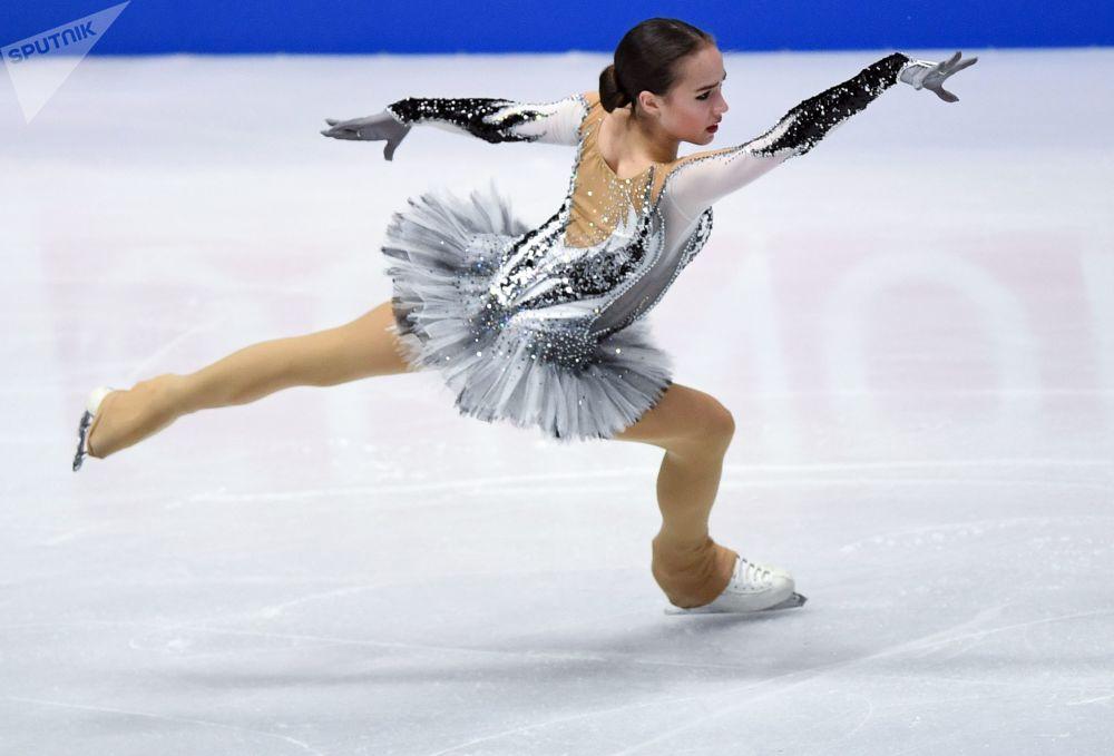 A patinadora russa Alina Zagitova durante o Campeonato Mundial de Patinação Artística, em Milão, na Itália.