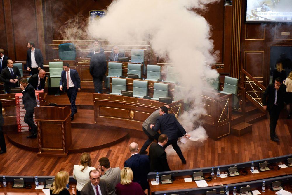 Membros da oposição do Kosovo lançam gás lacrimogéneo no interior do Parlamento para travar a votação pela ratificação das fronteiras com o vizinho Montenegro, aprovadas em 2015.