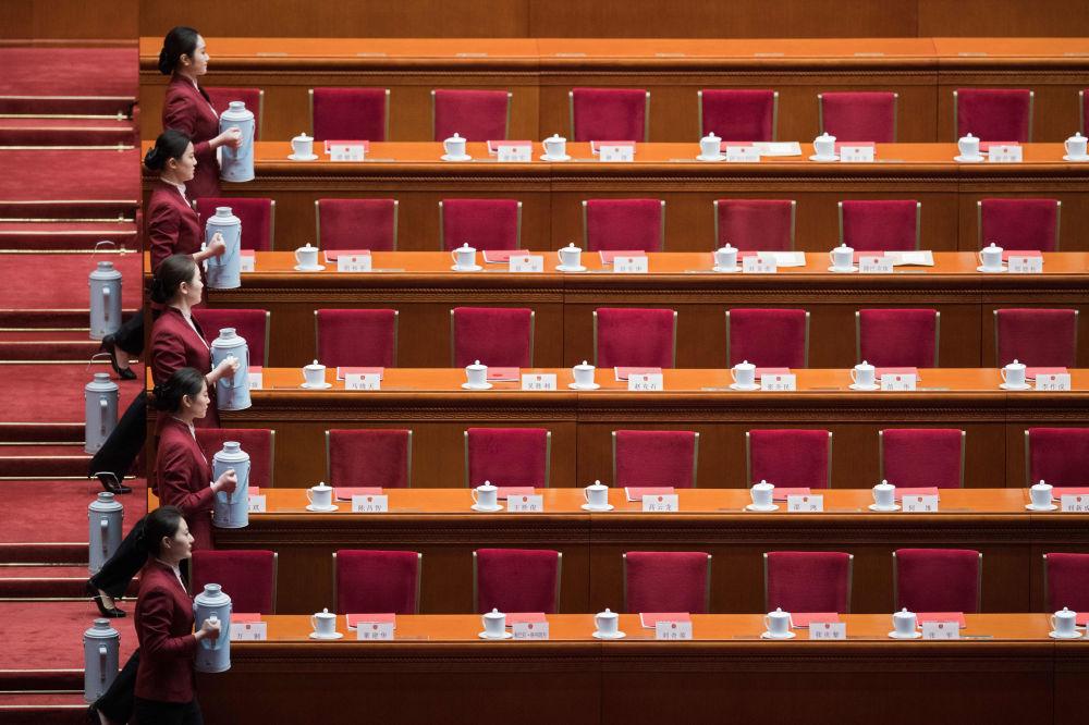 Garçonetes servem chá durante o Congresso Nacional do Povo (NPC) da China.