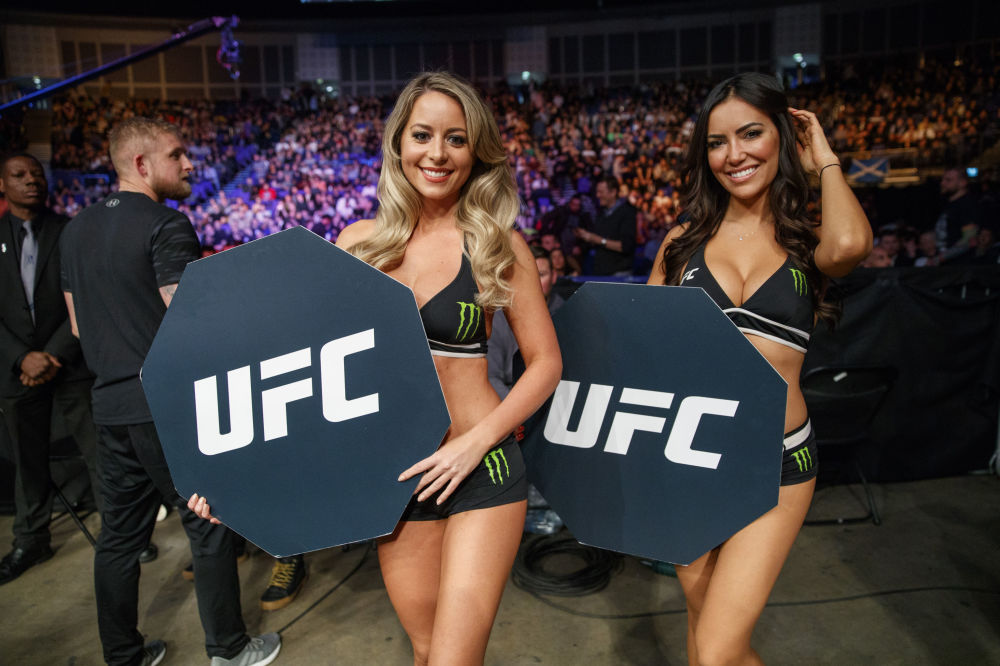 Meninas do ringue durante o Ultimate Fighting Championship (UFC) em Londres.