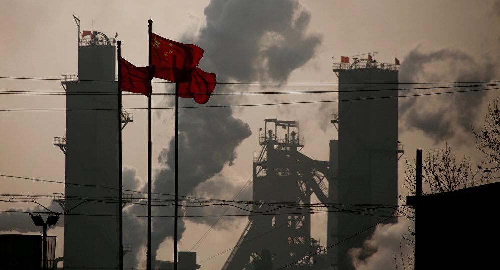 Bandeiras da China tremulam próximas a uma fábrica de aço em Wu'an, na província de Hebei (foto de arquivo)