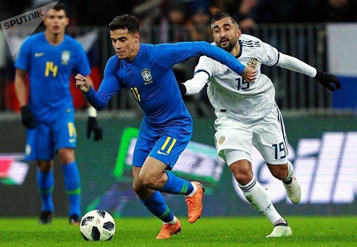 Philippe Coutinho e Aleksandr Samedov durante o amistoso entre o Brasil e a Rússia, em 23 de março
